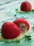 トマトファルシのサラダ仕立て、ひえのガーリックソースを添えて